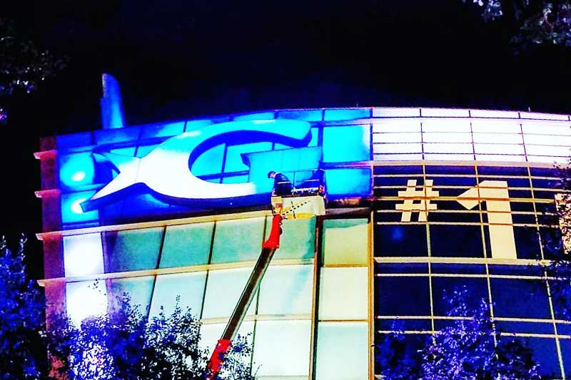 Working at night to restore the alucobond panels of the Georgia Aquarium
